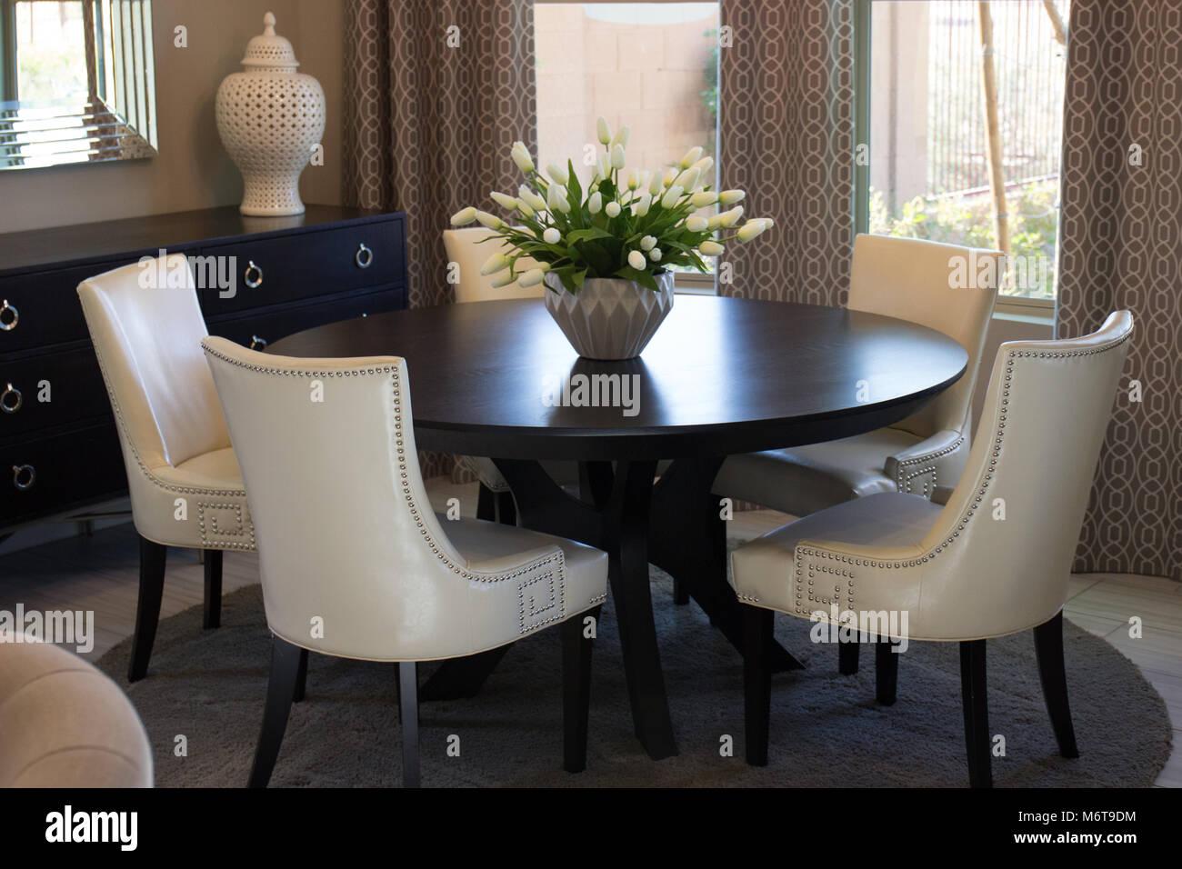 Mesas Mesa de comedor y sillas con respaldo alto Imagen De Stock
