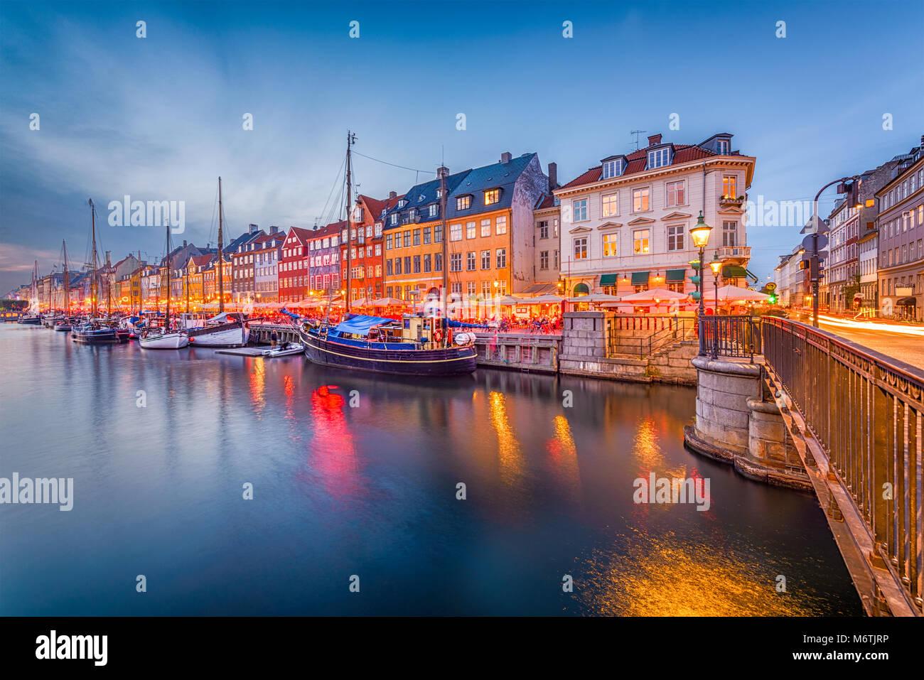 Copenhague, Dinamarca skyline en el Canal de Nyhavn en penumbra. Imagen De Stock