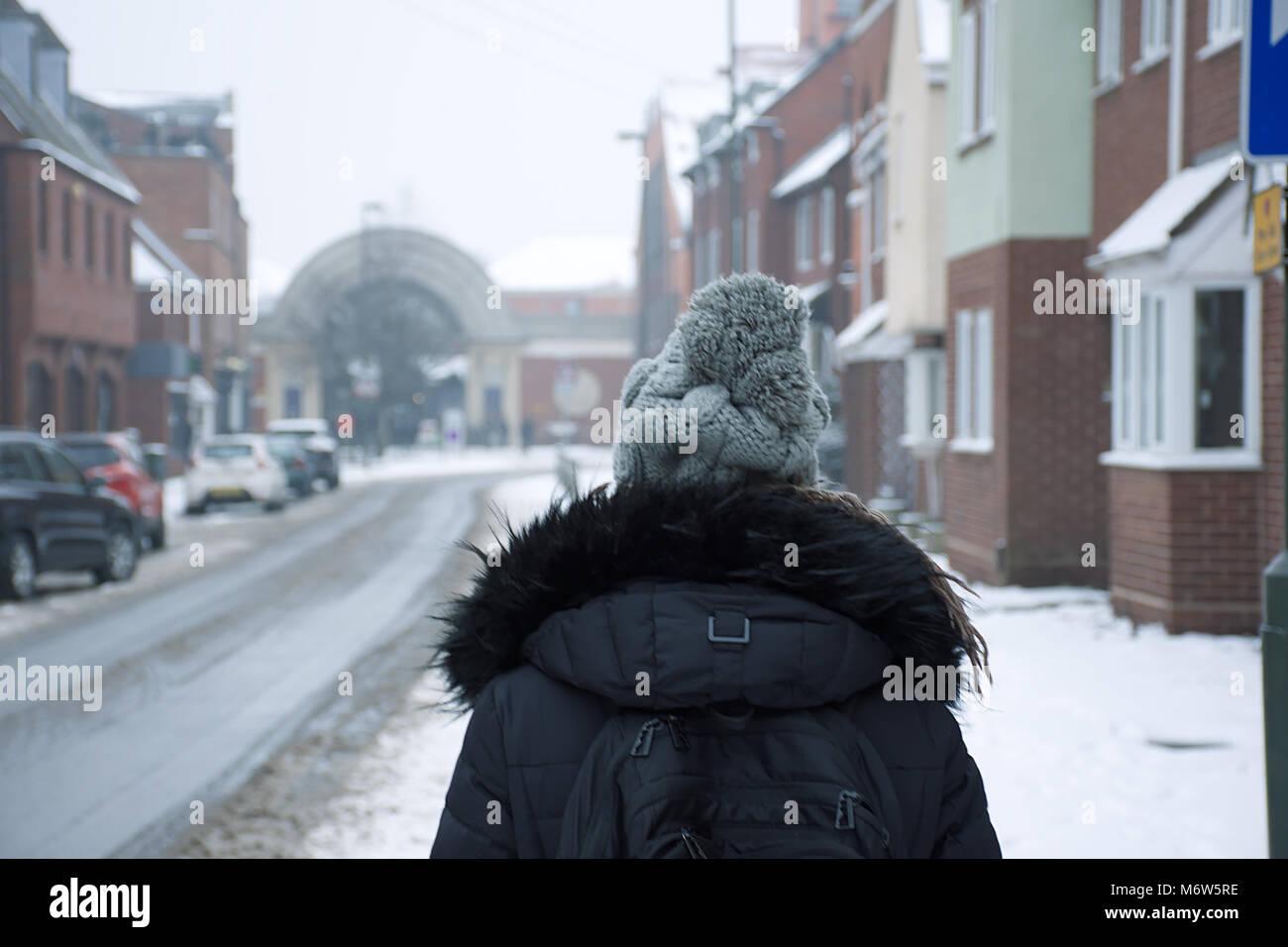 Con Una Mujer NegroLa Vestida Mochila De Ropa Invierno BhrdCtxsQ