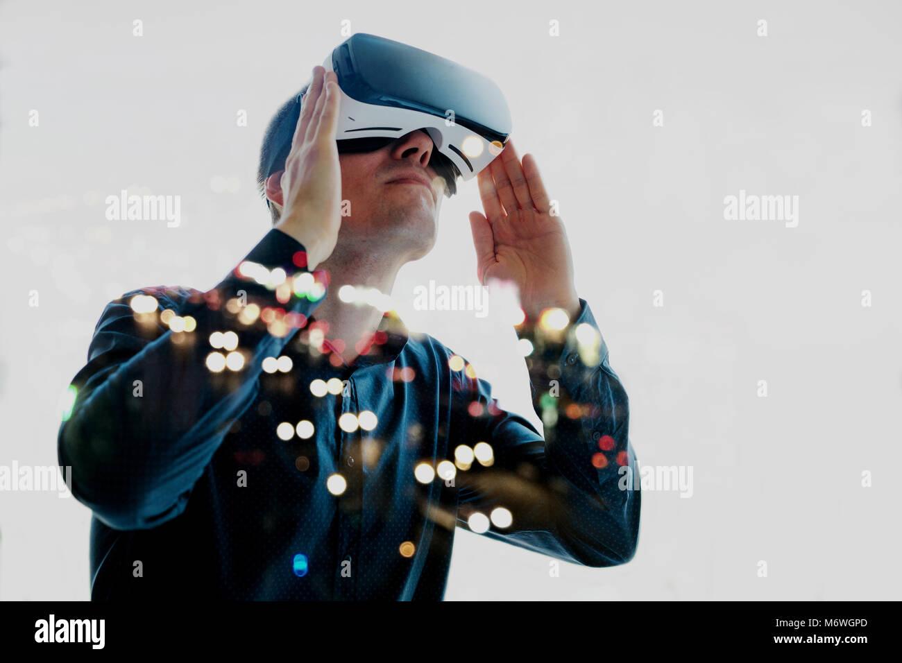 El Hombre con gafas de realidad virtual. La tecnología del futuro concepto. Moderna tecnología de imágenes Imagen De Stock