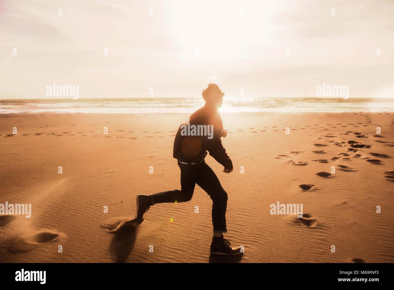 Jóvenes en la playa milenaria Imagen De Stock