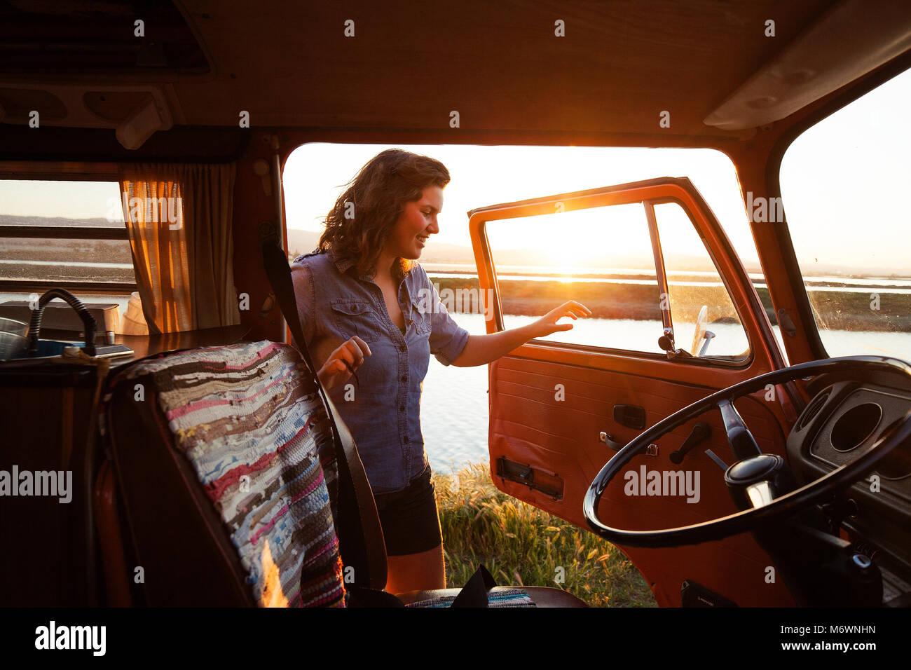 Mujer en su camioneta Foto de stock