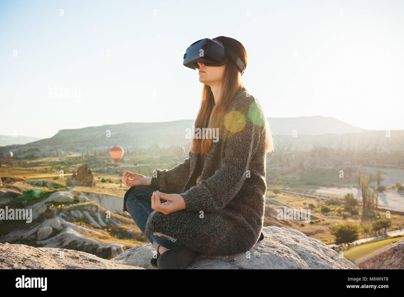 Mujer con gafas de realidad virtual. La tecnología del futuro concepto. La moderna tecnología de diagnóstico Imagen De Stock