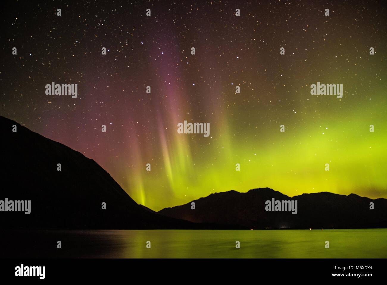 Las luces del norte sobre el lago de Kenai Imagen De Stock