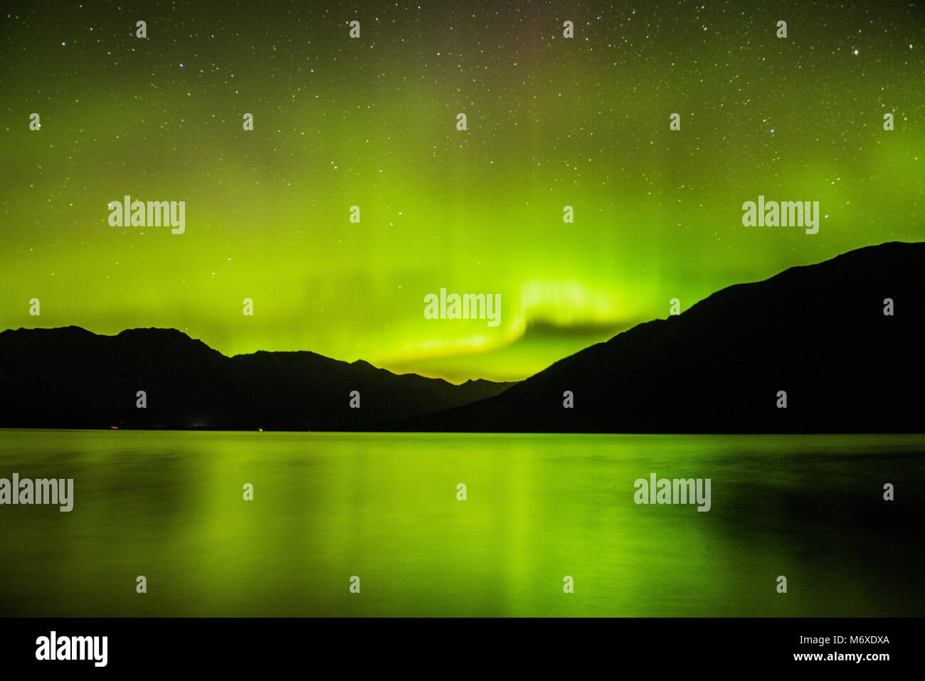 Las luces del norte sobre el lago de Kenai Foto de stock