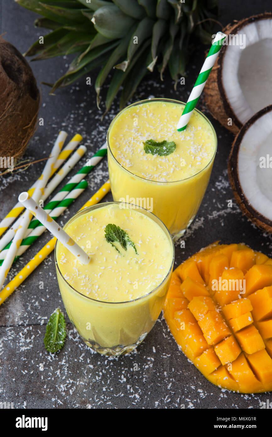 Batido de Mango / Lassi con dulce de coco y menta Foto de stock