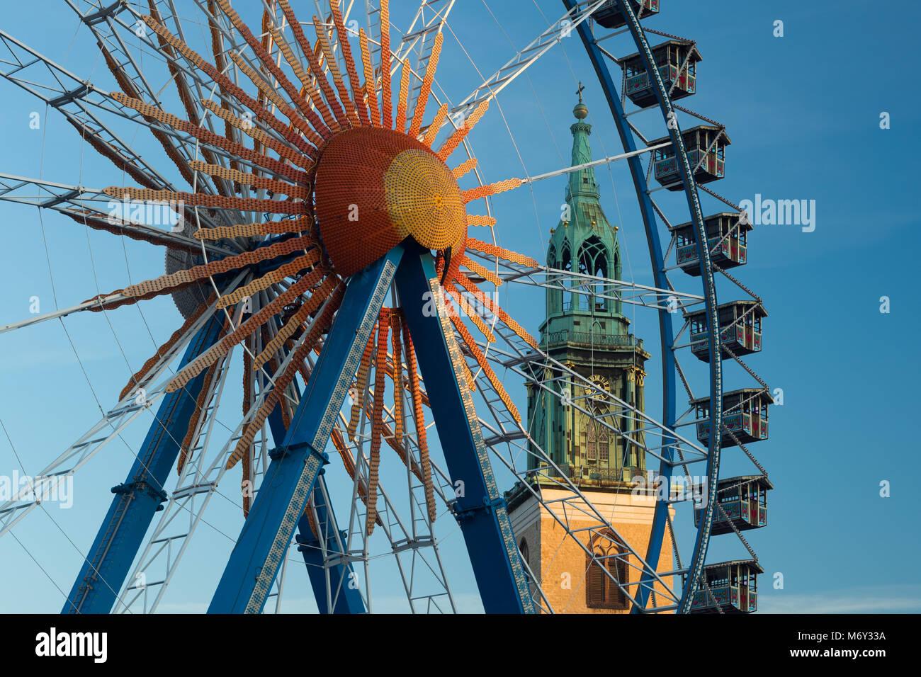 Una noria en Neptunbrunnen con Marienkirche detrás, Mitte, Berlin, Alemania Imagen De Stock