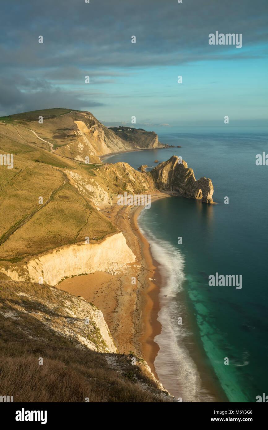 Durdle Door y la Costa Jurásica de cabeza Swyre, Dorset, Inglaterra, Reino Unido. Foto de stock