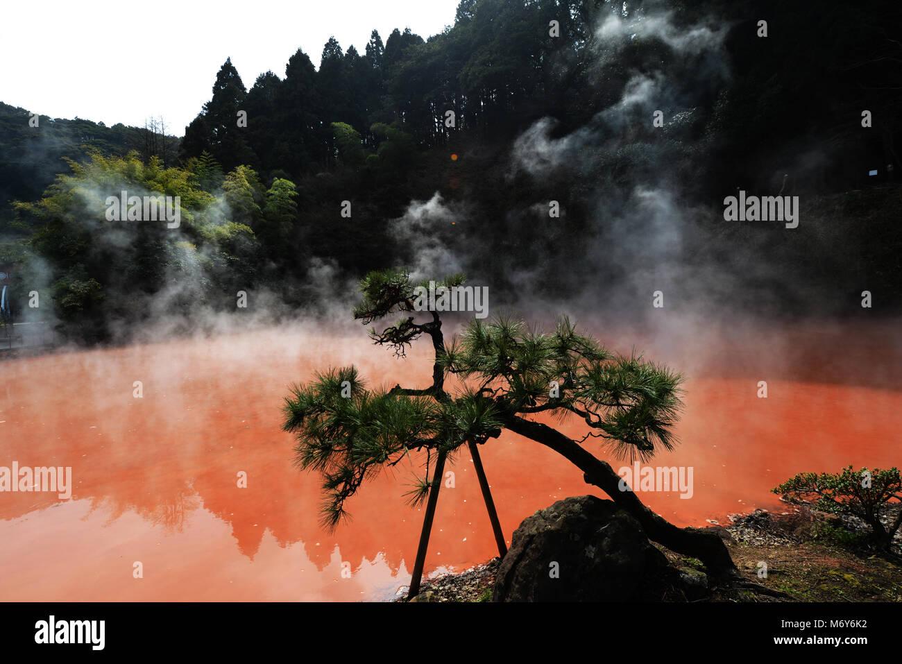 Chi-no-ike Jigoku ( Estanque de Sangre) es la más antigua Jigoku primavera en Japón. Foto de stock