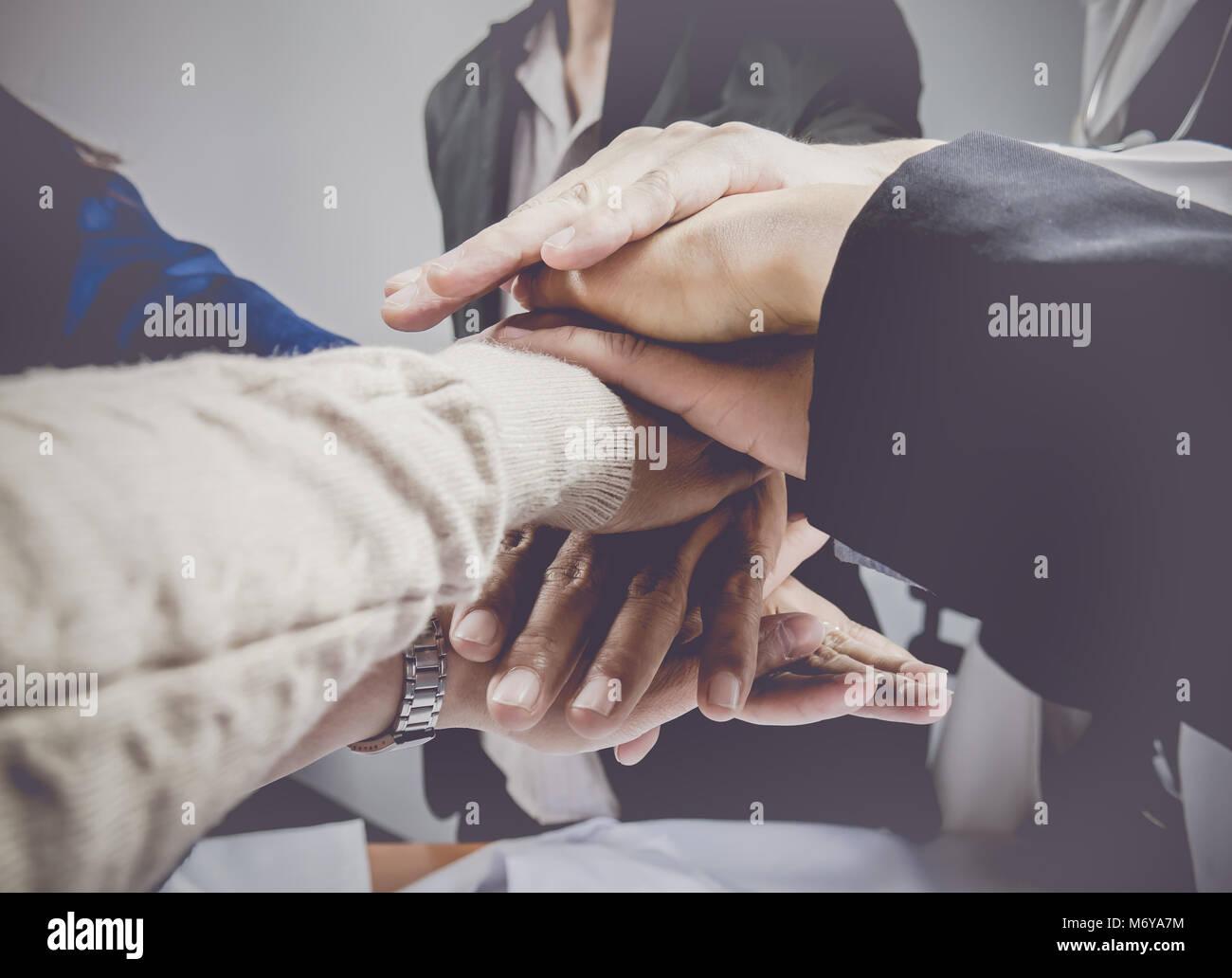 Grupo empresarial con manos juntas.concepto de trabajo en equipo y el concepto de negocio. Foto de stock