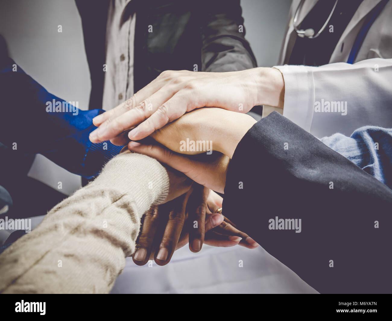 Grupo empresarial con manos juntas.concepto de trabajo en equipo y el concepto de negocio. Imagen De Stock