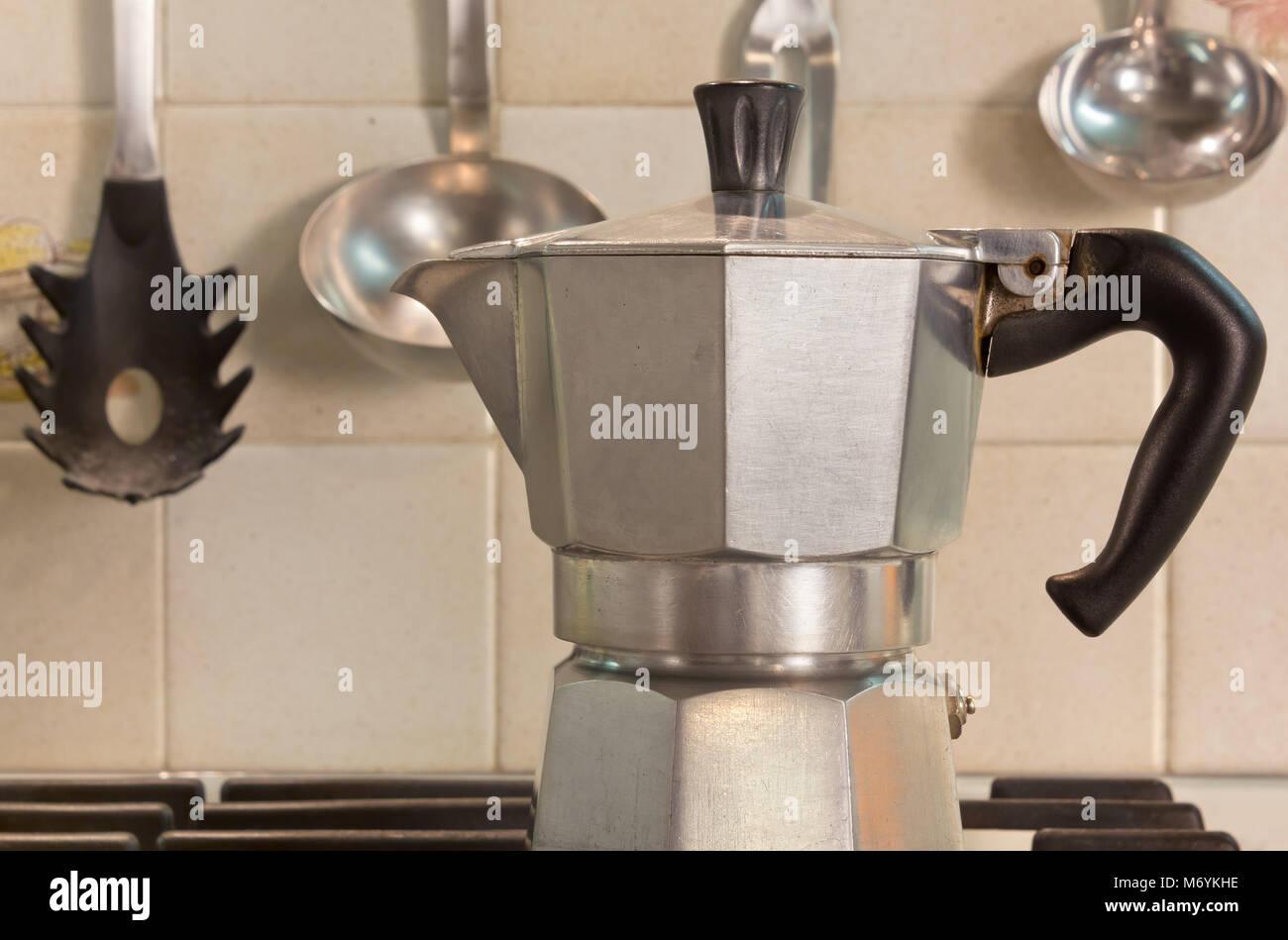 Close up de una cafetera italiana en la estufa en una cocina