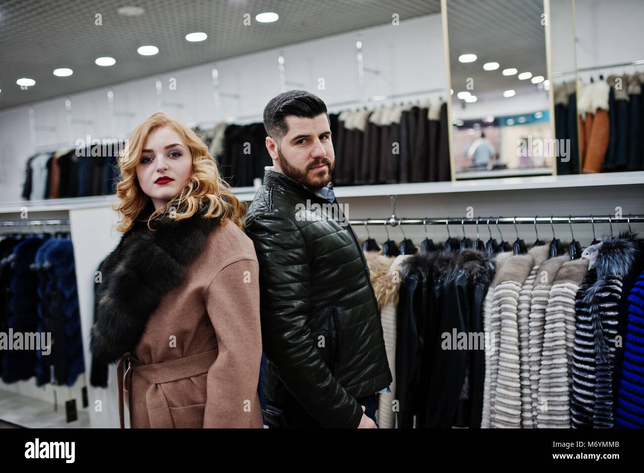 diseño de calidad f25c5 3c977 La elegancia chica rubia en abrigo de pieles y elegante ...