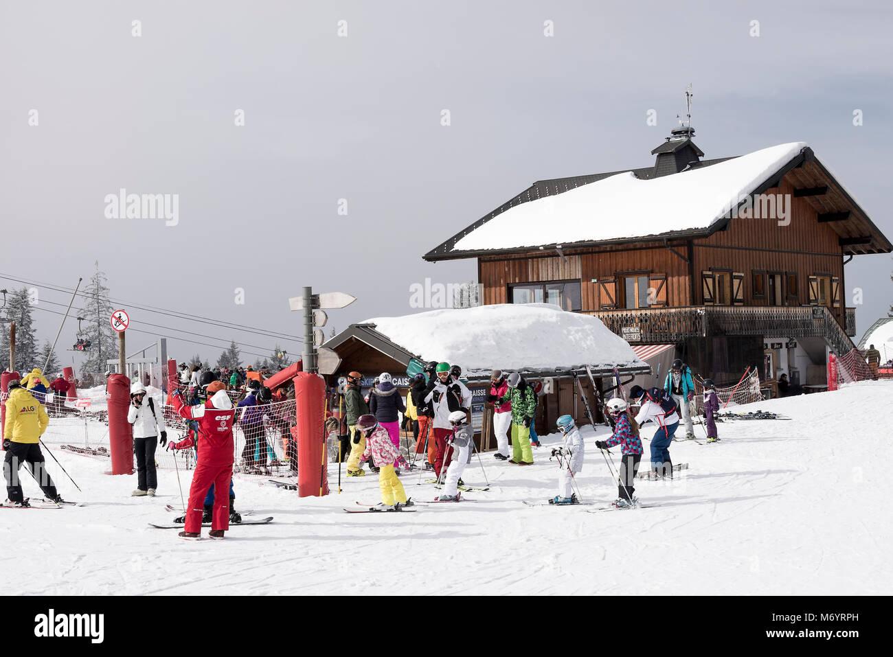 Un restaurante y bar de estilo chalet con facilidad telesilla Venta Oficina en la estación de esquí de Imagen De Stock