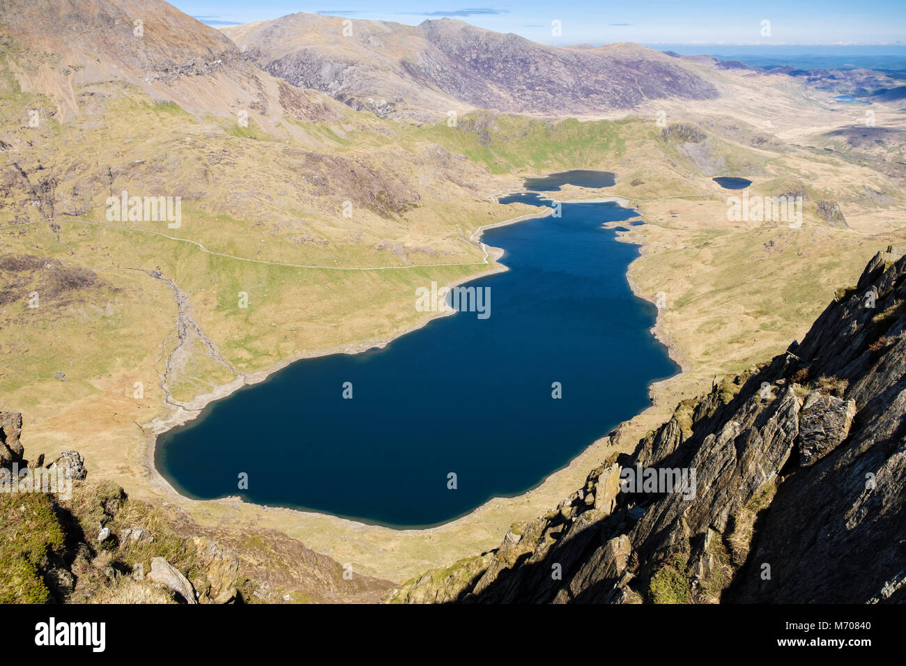Alta Vista arriba Llyn Llydaw lago y pista de mineros y Lliwedd ladera rocosa en Snowdon horseshoe. El Parque Nacional Foto de stock