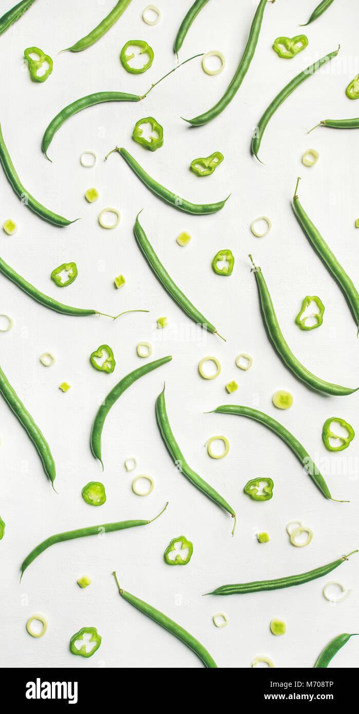 Flat-lay de frijoles verdes frescos sobre fondo blanco, vista superior Imagen De Stock