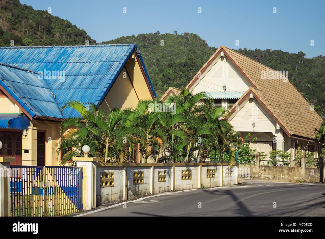 Calle aldea tailandesa al pie de las montañas verdes Foto de stock