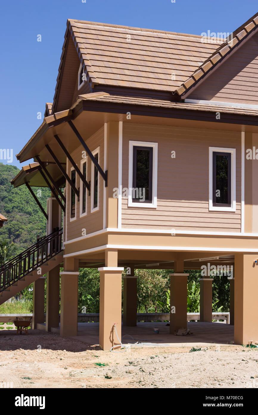 Casas modernas sobre pilotes en Tailandia, fragmento Foto de stock