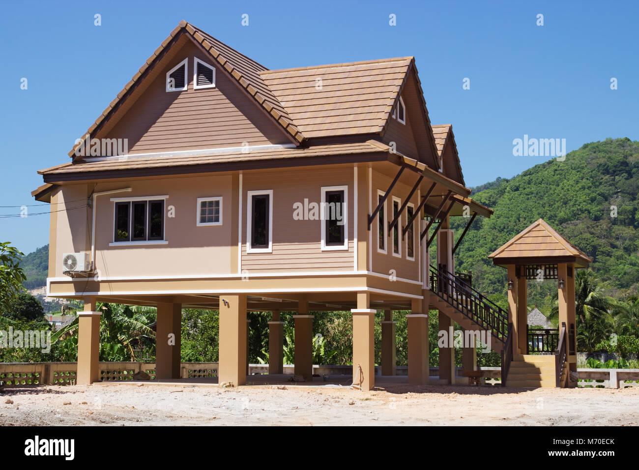 Casas modernas sobre pilotes en Tailandia Foto de stock