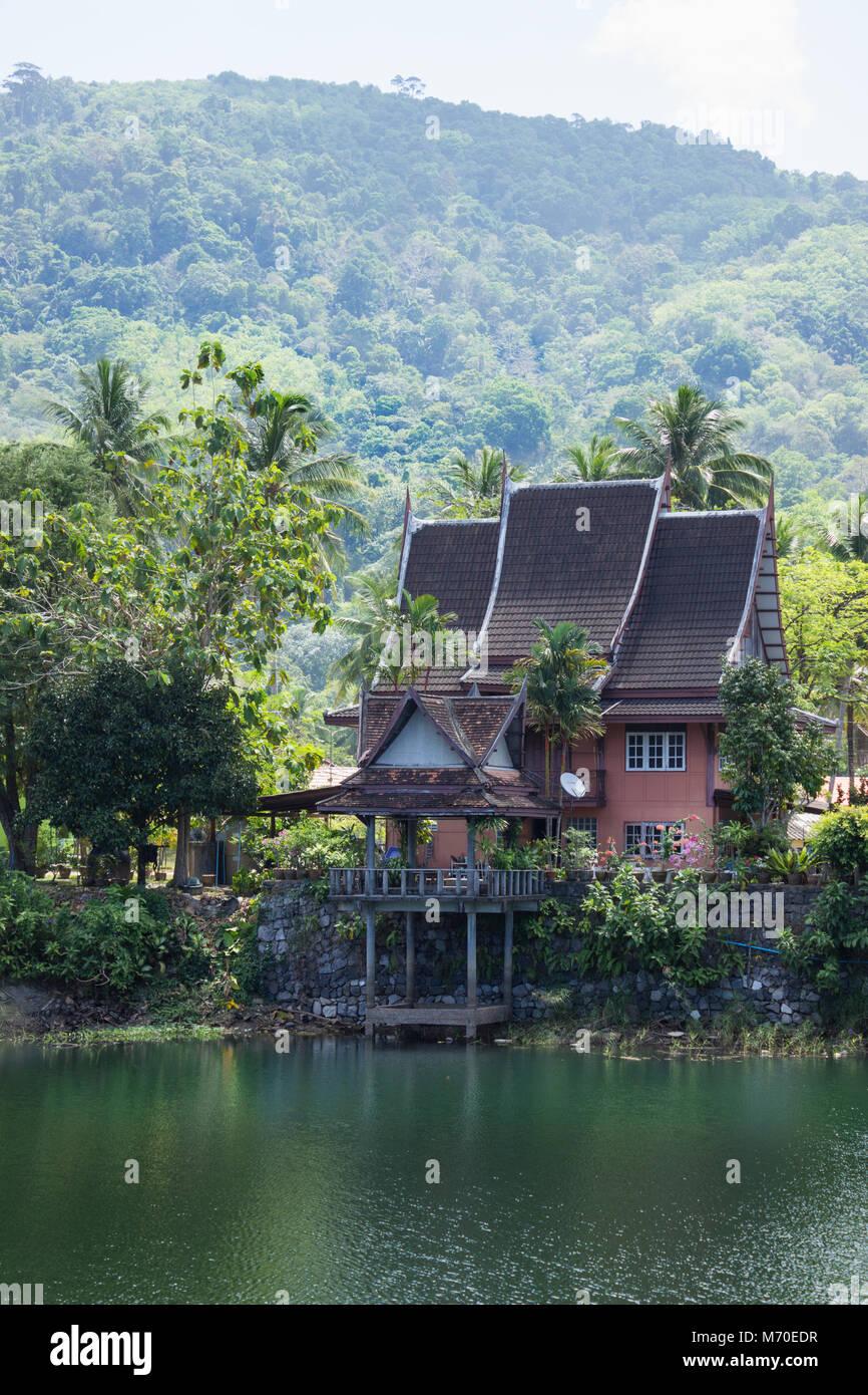 Casa del lago al pie de las montañas. Tailandia Foto de stock