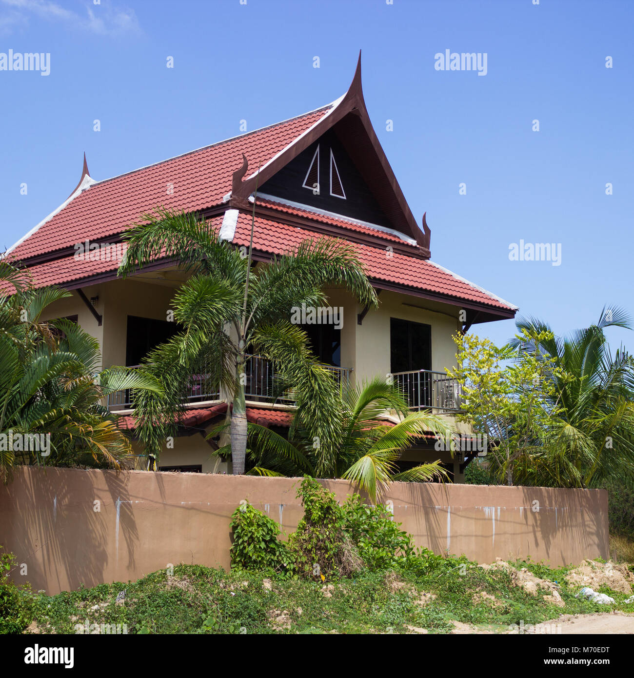 Pocas casas tailandesas y palmeras. Tailandia Foto de stock