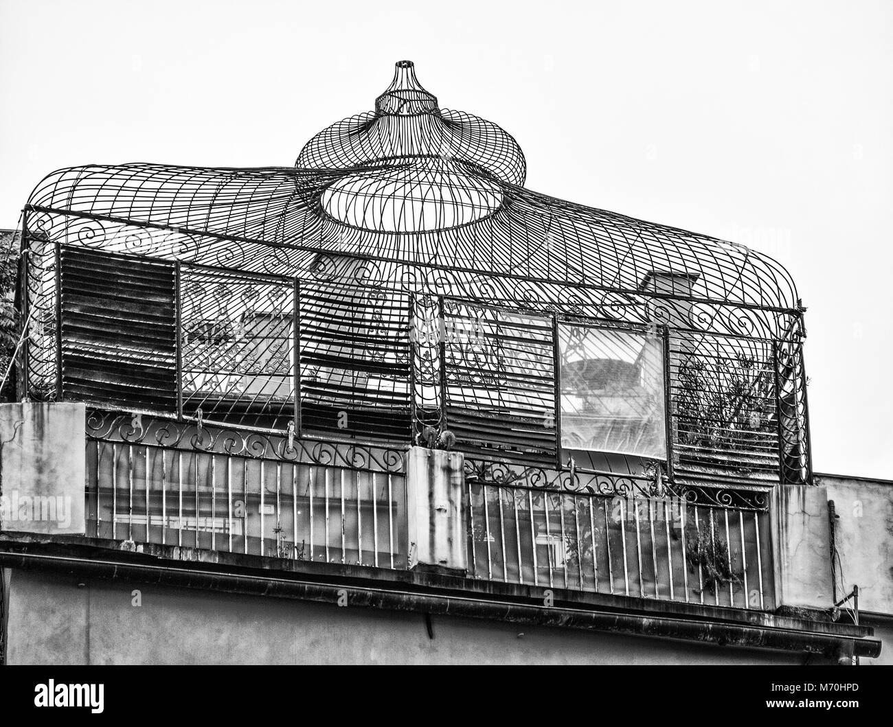 Antiguo Invernadero De Hierro En Una Terraza De Un Edificio