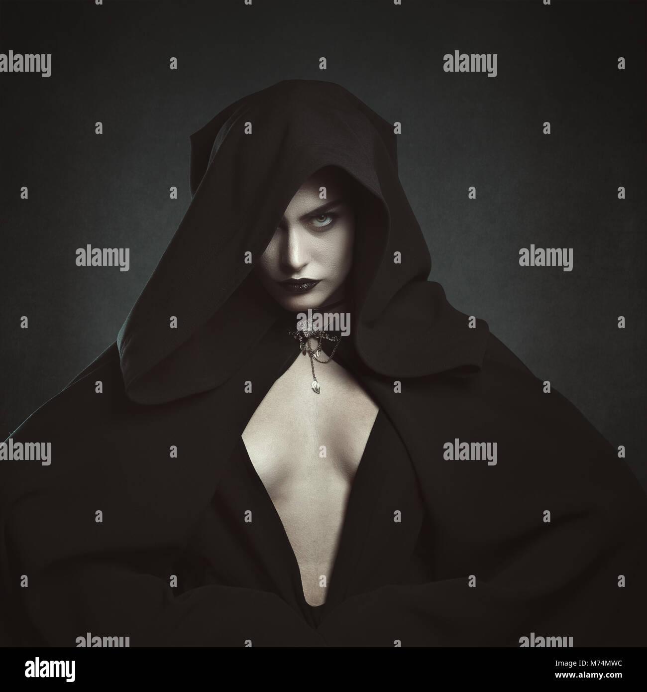Misteriosa mujer vampiro encapuchado. Y gótica de Halloween Imagen De Stock