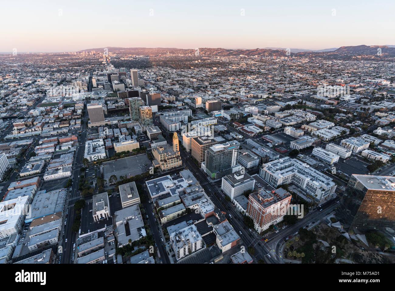 Vista aérea temprano por la mañana hacia abajo Wilshire Blvd en el área de Koreatown de Los Ángeles, California. Foto de stock