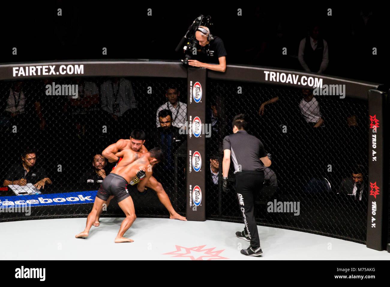 Bangkok, Tailandia. - Enero 17, 2018 : boxeadores no identificados están luchando en anillo jaula extreme sport Mixed Martial Arts (MMA) coinciden en un campeonato Foto de stock
