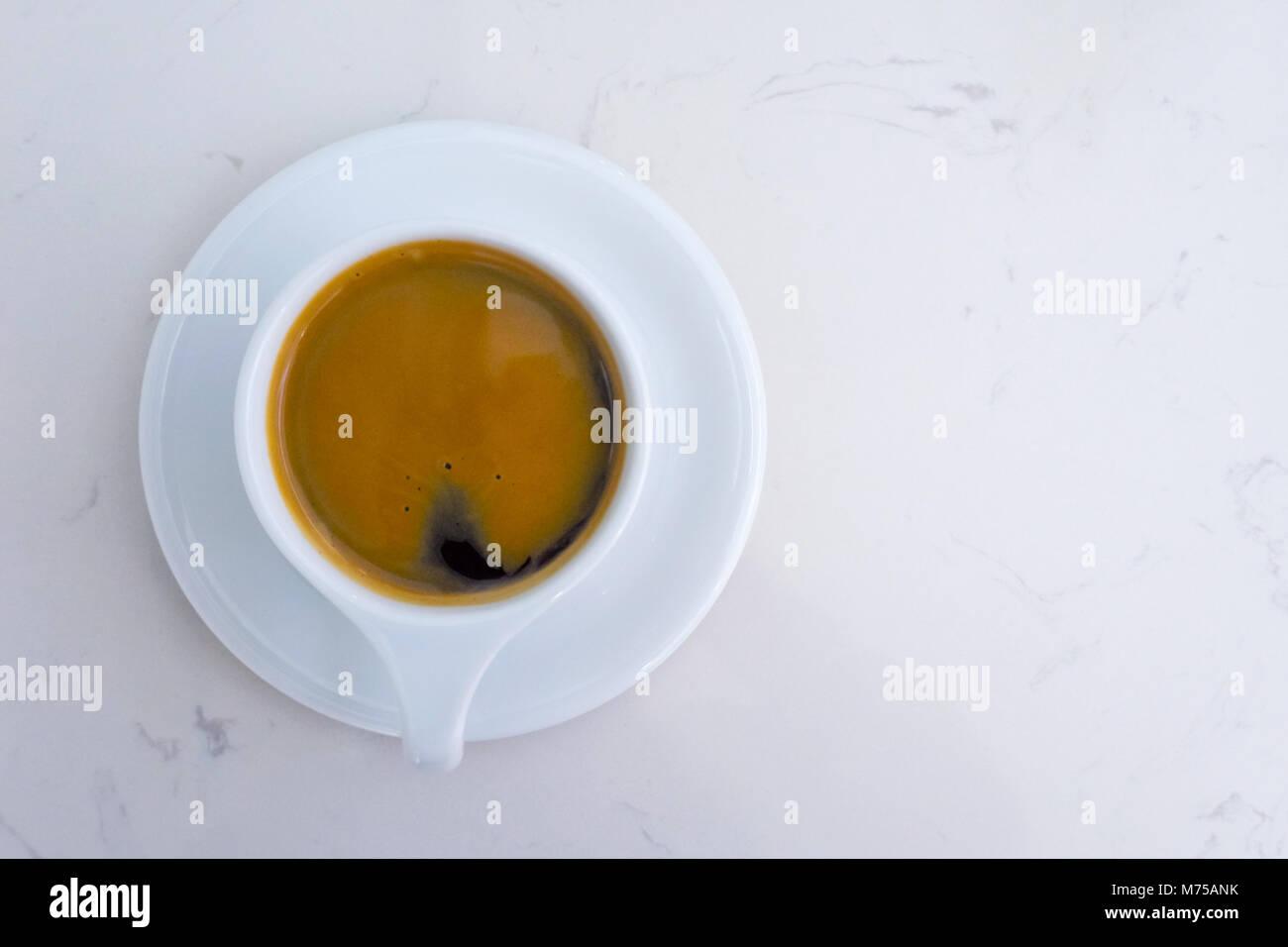 Taza de café americano y la placa sobre la mesa de mármol blanco en el tiempo de la mañana. top ver Imagen De Stock
