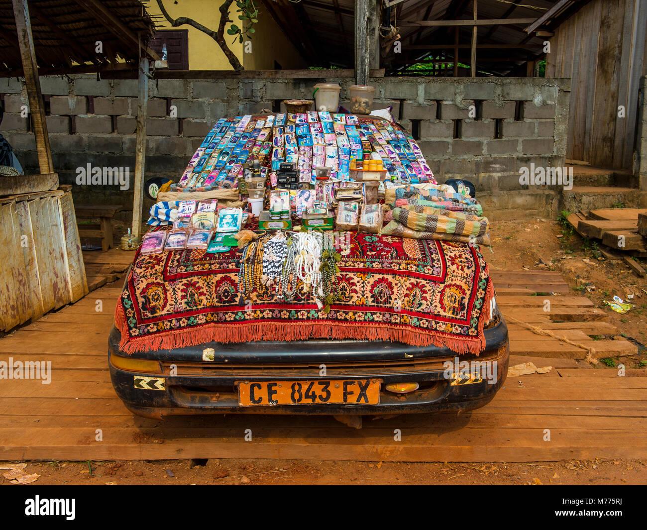 Almacén local en un coche, Libongo, profundo en la selva, Camerún, África Imagen De Stock
