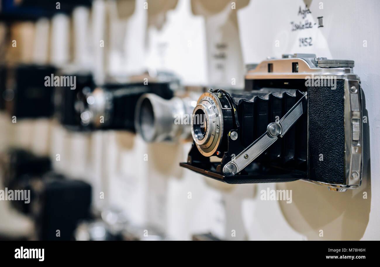 Cerca de vintage cámara de película Agfa Isolette III a partir de 1952, con el fondo borroso de otras cámaras vintage desde el período de los años 1950 Foto de stock