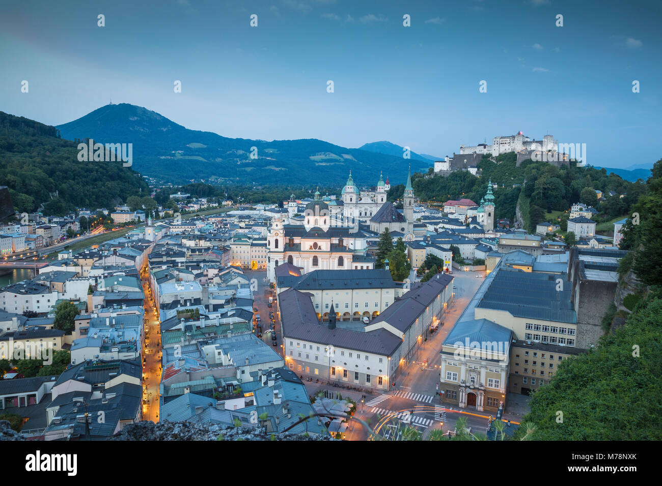 Vista del Castillo de Hohensalzburg por encima de la ciudad vieja, Patrimonio Mundial de la UNESCO, Salzburgo, Austria, Imagen De Stock