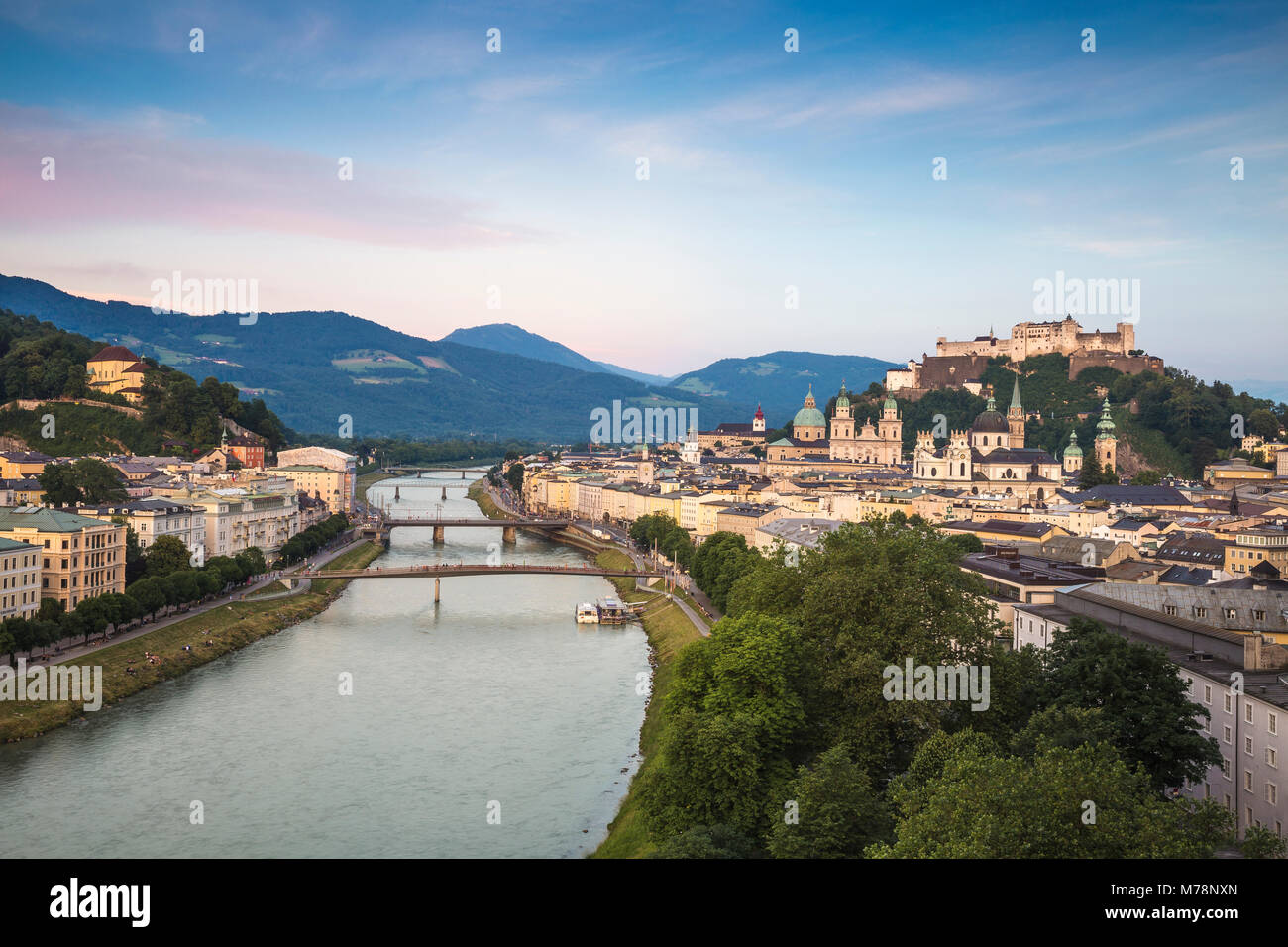 Vista del río Salzach y Castillo de Hohensalzburg por encima de la ciudad vieja de Salzburgo, Austria, Europa Imagen De Stock