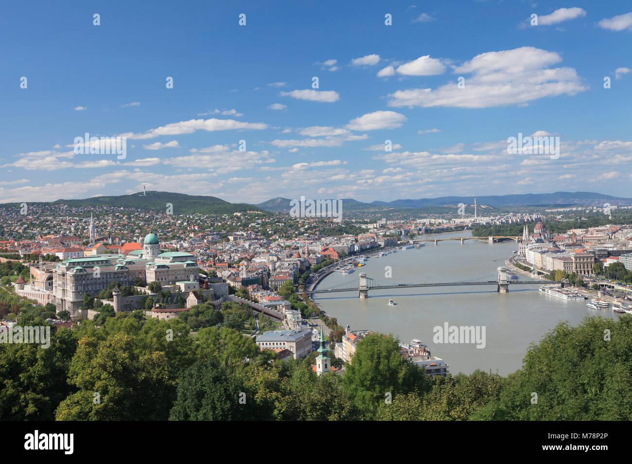 Vista desde el Castillo de Buda, a los pies de la Colina Gellert, el río Danubio y al Parlamento, Budapest, Imagen De Stock