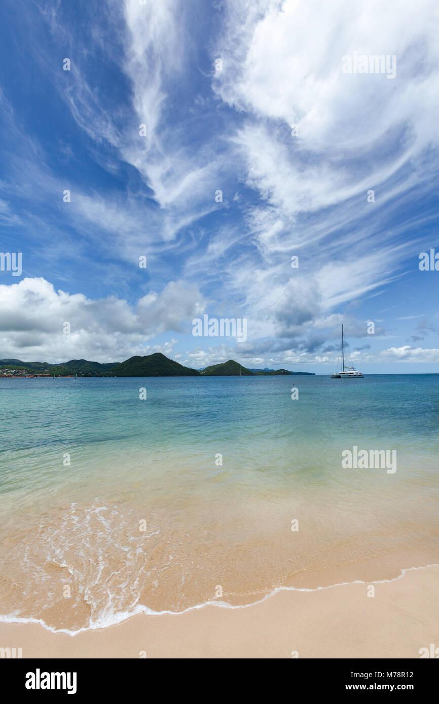 Las hermosas aguas claras en Rodney Bay, Santa Lucía, Islas de Barlovento del Caribe, Las Antillas, América Imagen De Stock