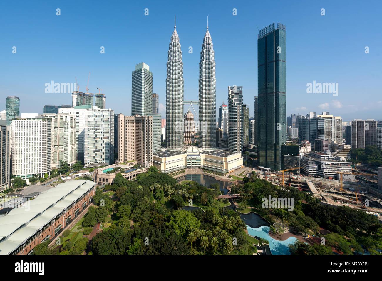 El horizonte de la ciudad de Kuala Lumpur y la construcción de rascacielos en el centro del distrito de negocios Imagen De Stock