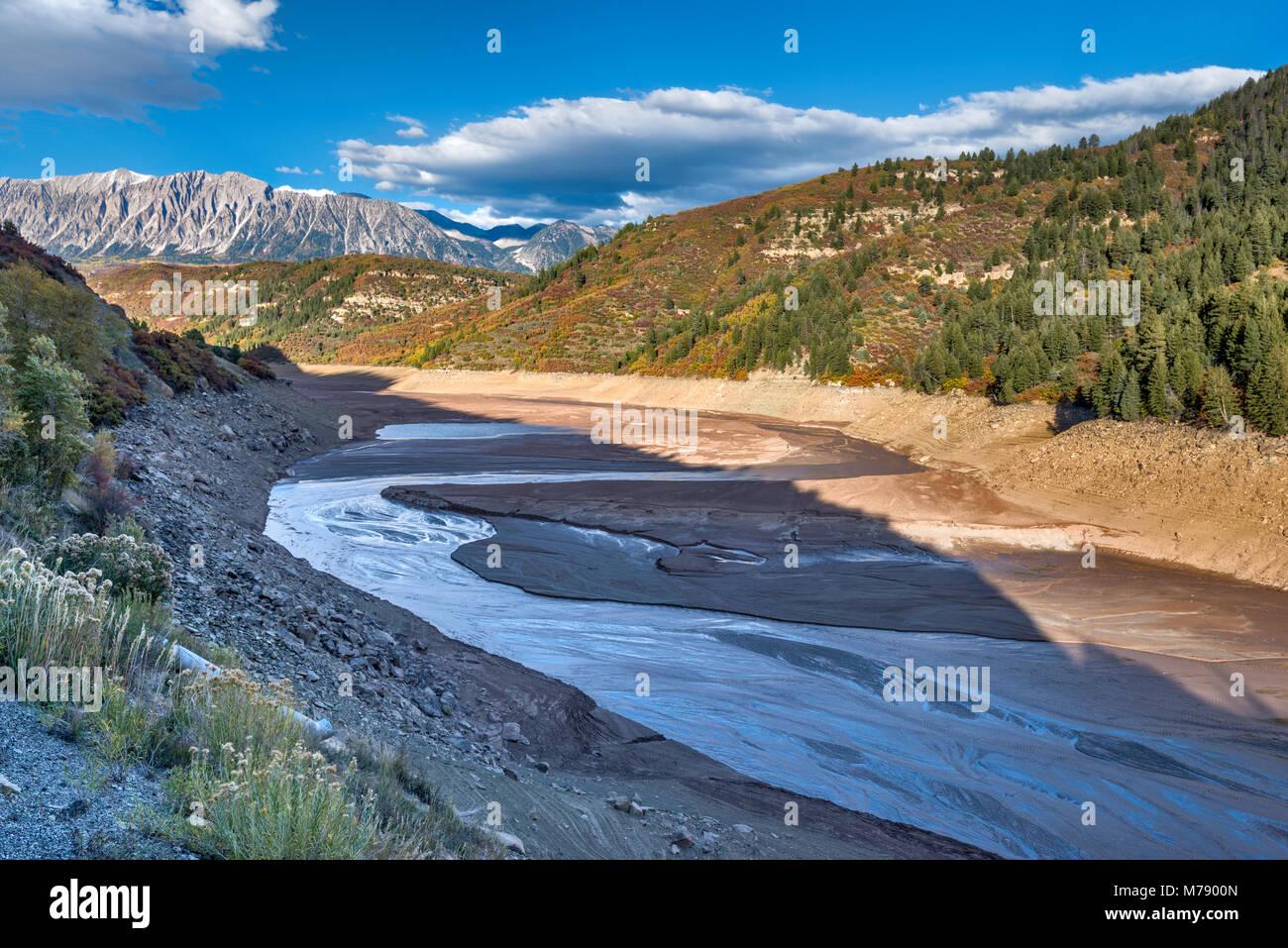Vaciado del depósito Paonia, sobre fangosas Creek, en octubre de 2013, extremadamente bajos niveles de agua debido al proyecto, West Elk Mountains, Colorado, EE.UU. Foto de stock
