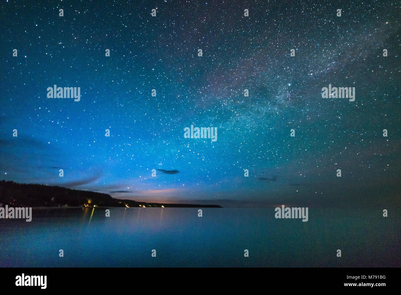 Vía Láctea y las estrellas sobre el lago (Georgian Bay forma parte del Lago Huron) mostrando la costa y acantilados Foto de stock