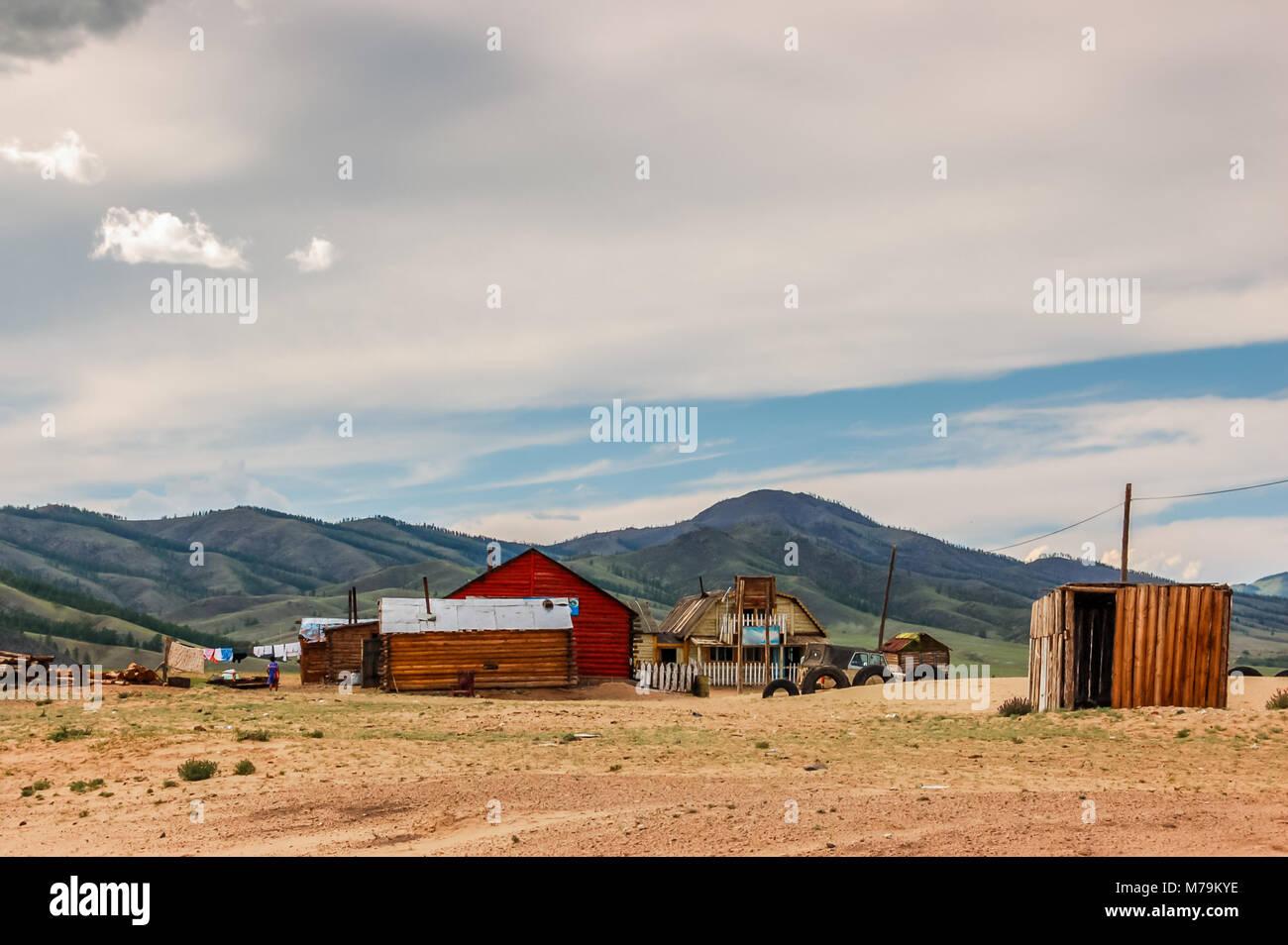 Khutag Ondor, Mongolia - Julio 17, 2010: grupo de casas aisladas, tiendas y retretes en extensión de arena de estepa Foto de stock