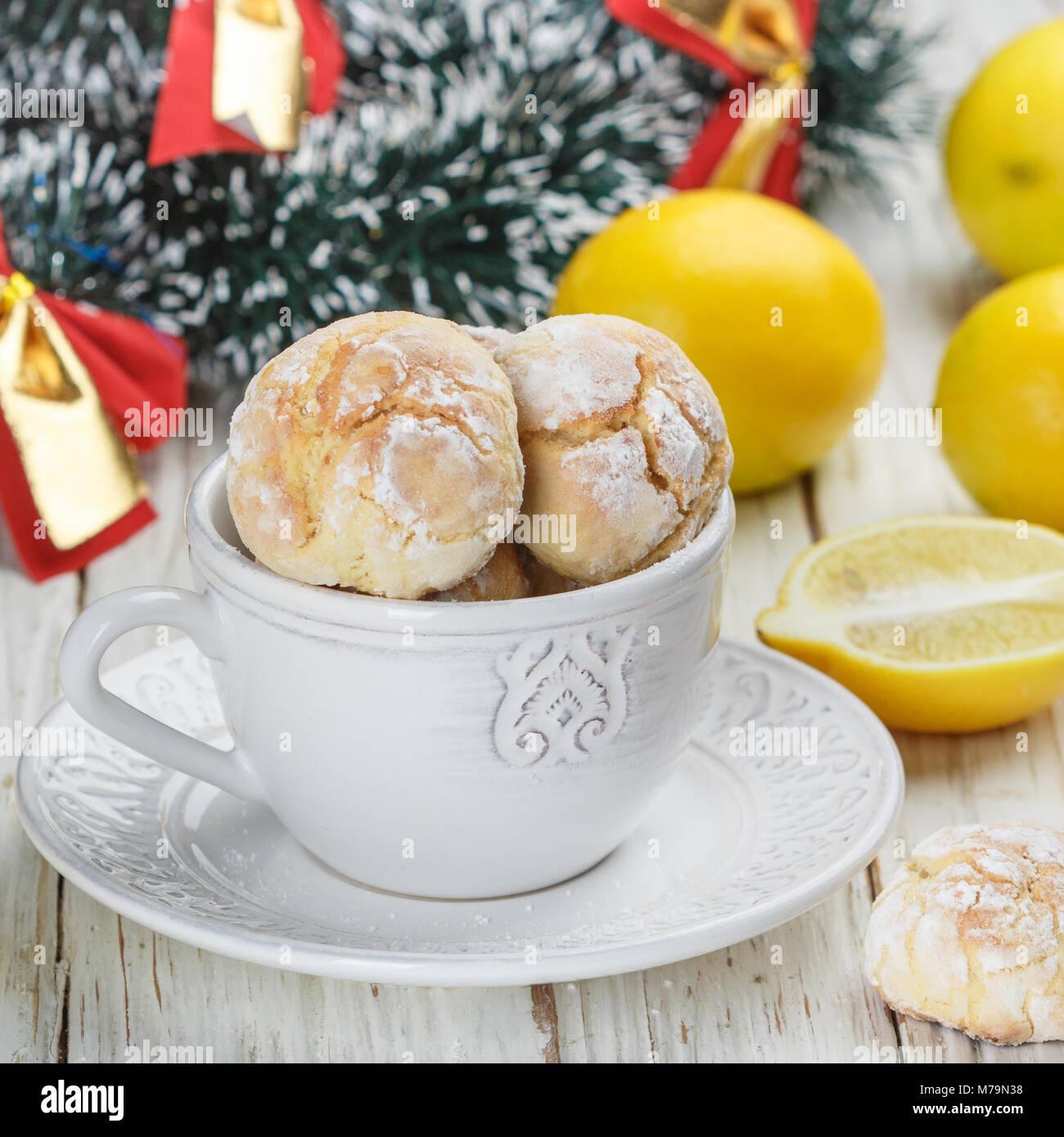 Las cookies de limón con azúcar en polvo. Un delicioso postre casero. Navidad, Año Nuevo. El enfoque Imagen De Stock