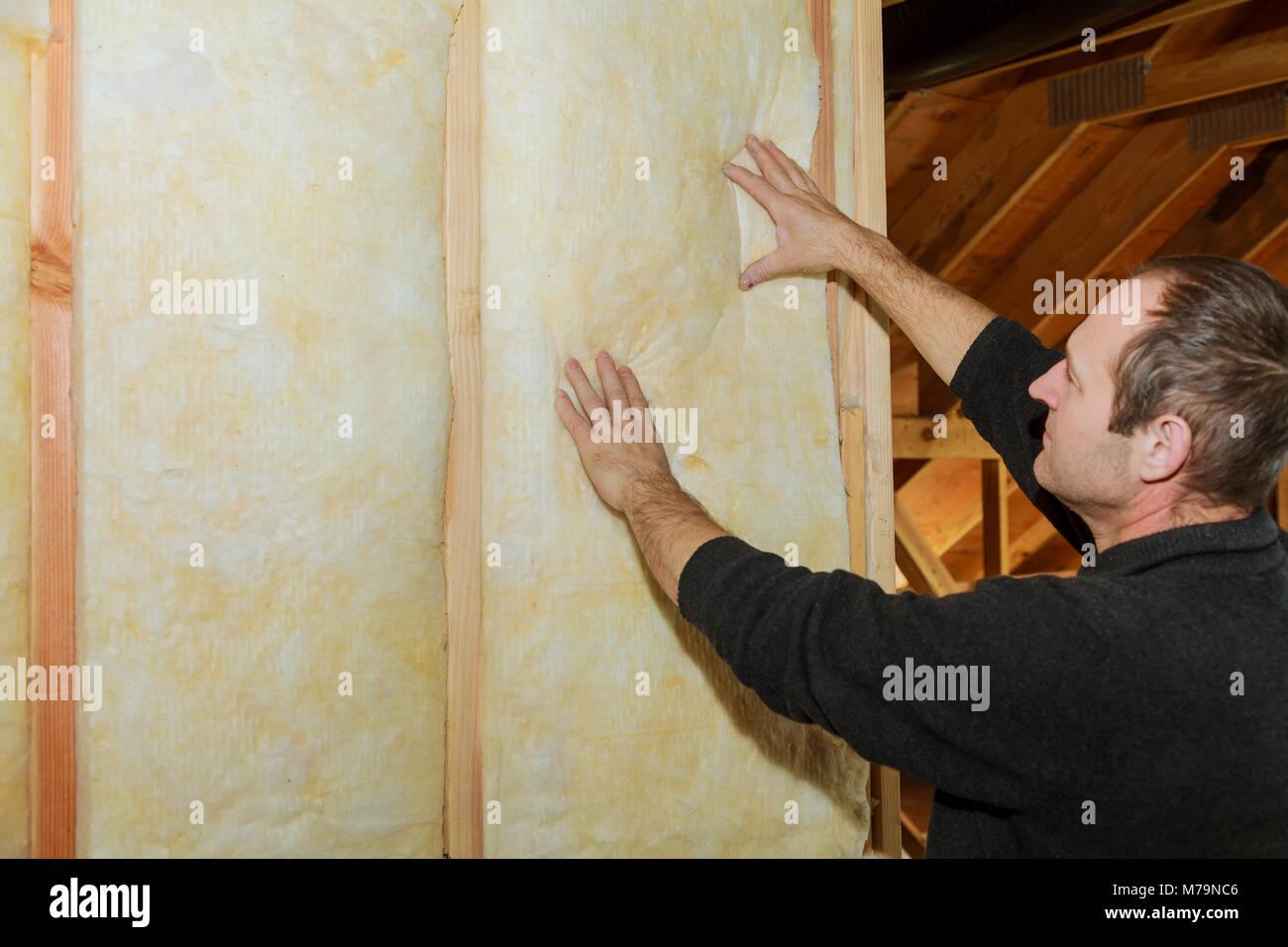 Instalación de aislamiento térmico y hidro aislamiento de pared interior en wooden house, edificio en Imagen De Stock