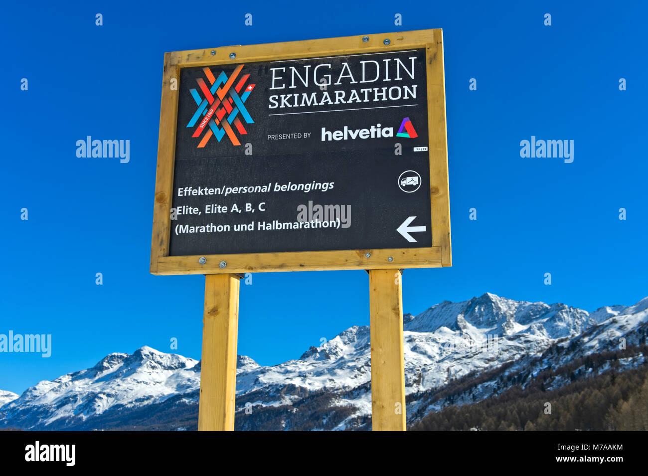 Signo de la información para el evento deportivo anual Engadin, Maloja, Maratón de esquí de Engadine, Imagen De Stock