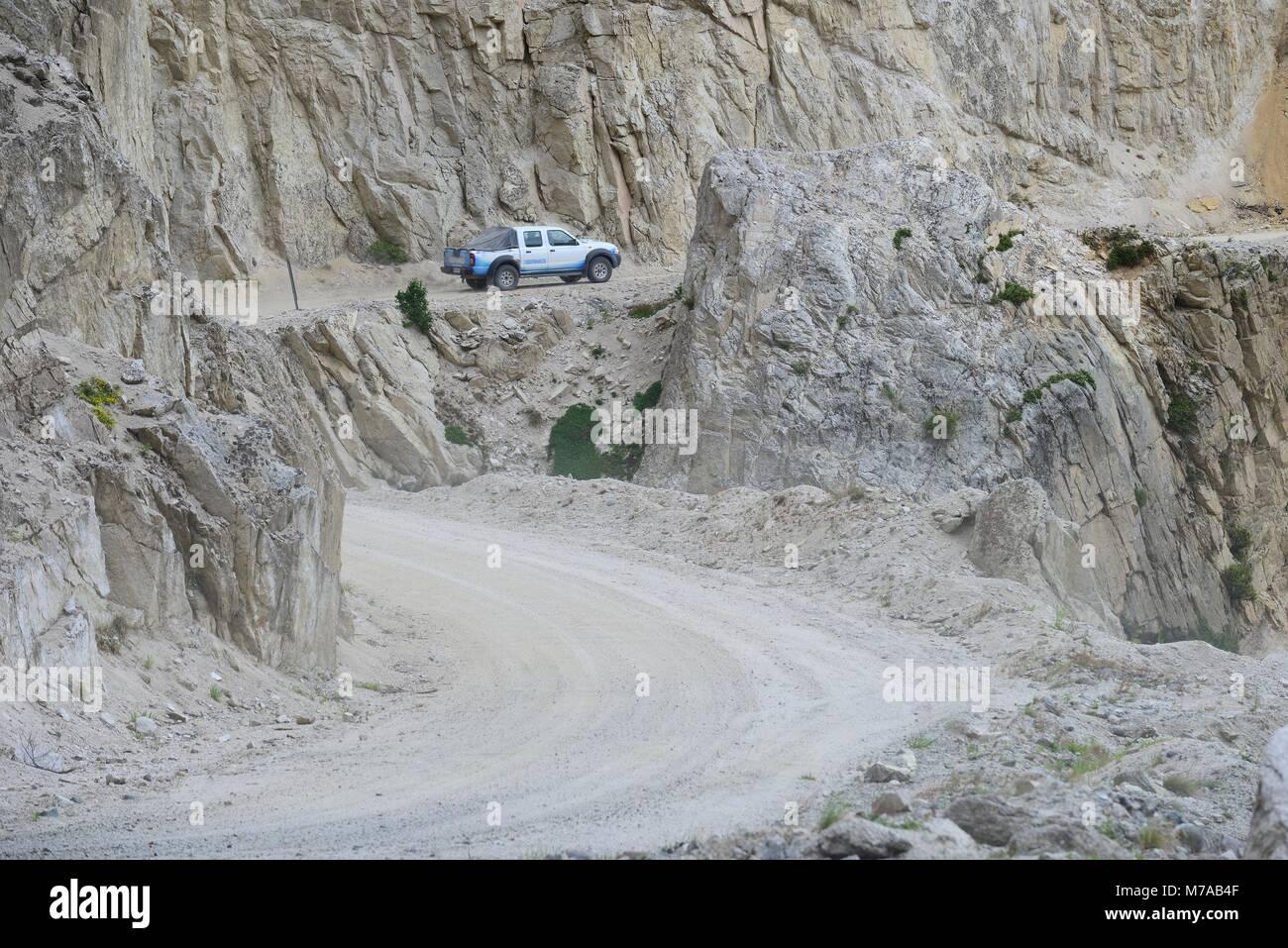 Los vehículos con tracción en las cuatro ruedas de un lado aventurero camino de la carretera Autral, cerca Imagen De Stock