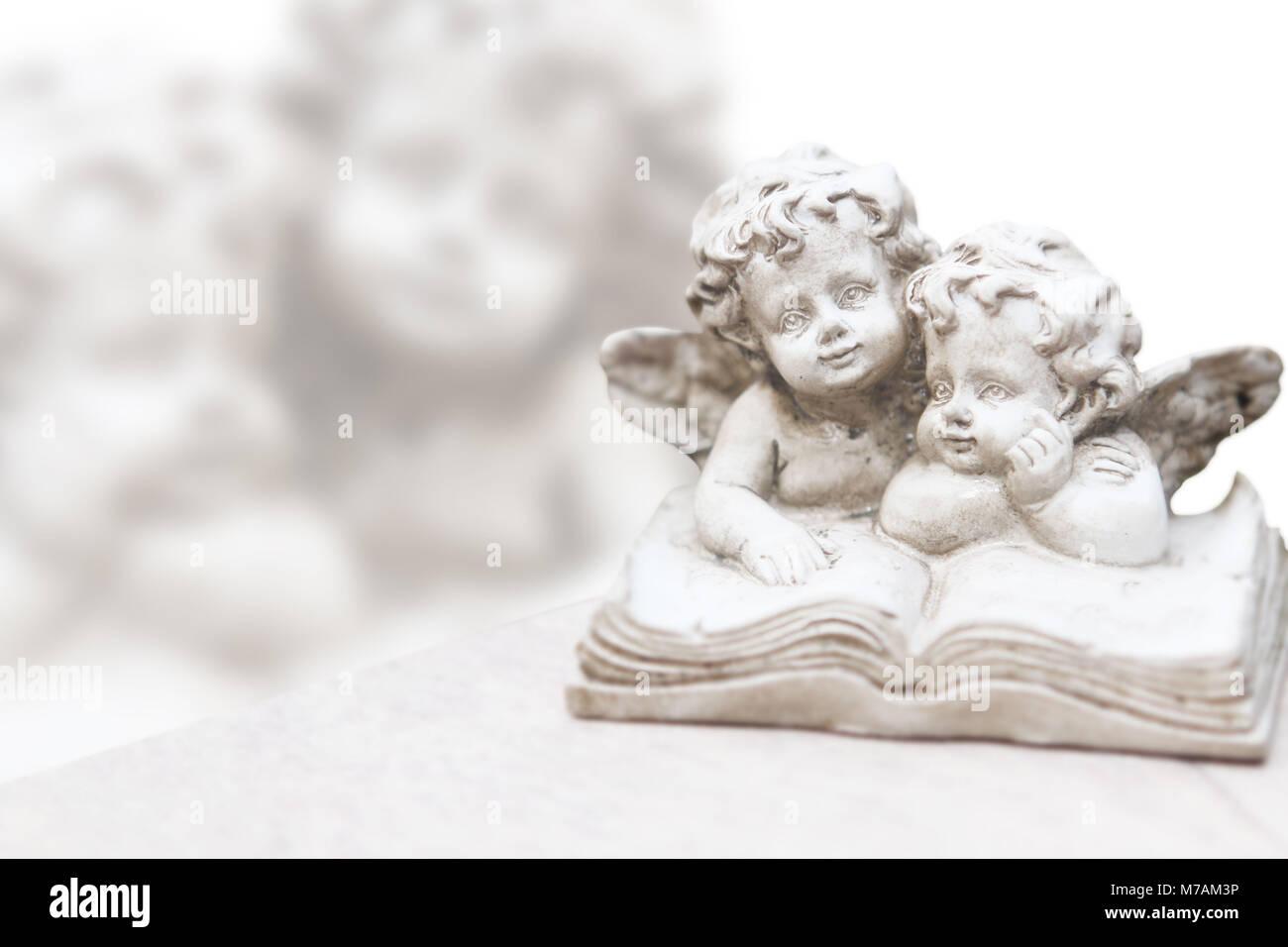 Libro conmemorativo con ángeles, Tarjeta de pésame, Imagen De Stock