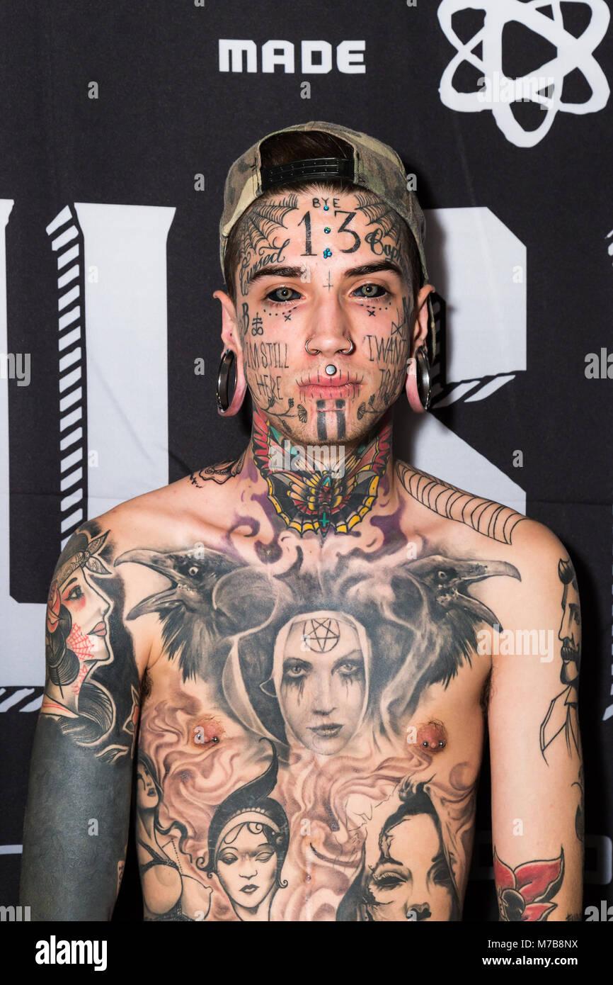 Un Hombre Joven Con Lóbulos Estirados Y Fuertemente Tatuado En El