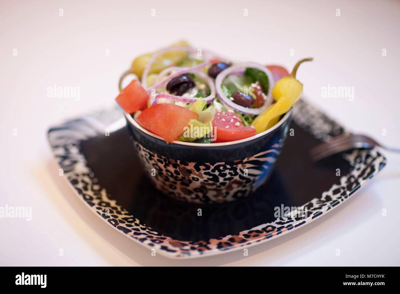 Close-up de una ensalada con pimientos y aceitunas Foto de stock