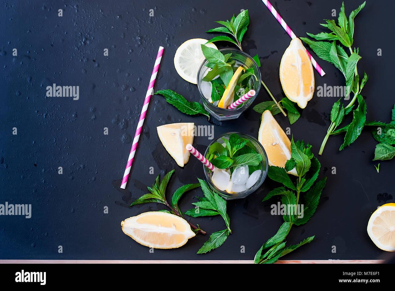 Limonada casera fresca en el vaso con hielo y menta. Foto de stock