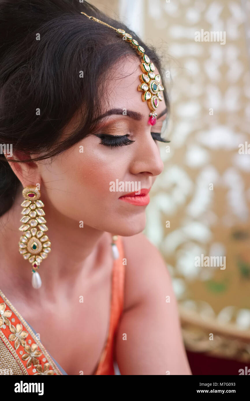 Bride Preparing For Wedding Imágenes De Stock & Bride Preparing For ...