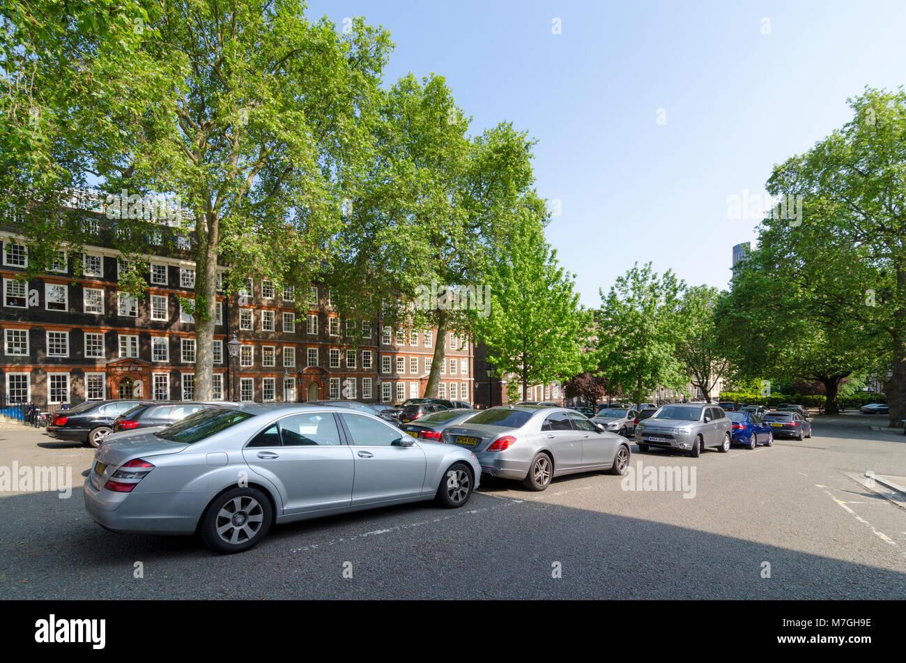 Los coches aparcados enfrente de los edificios en King's Bench Walk, Templo Interior, de la ciudad de Londres, Imagen De Stock
